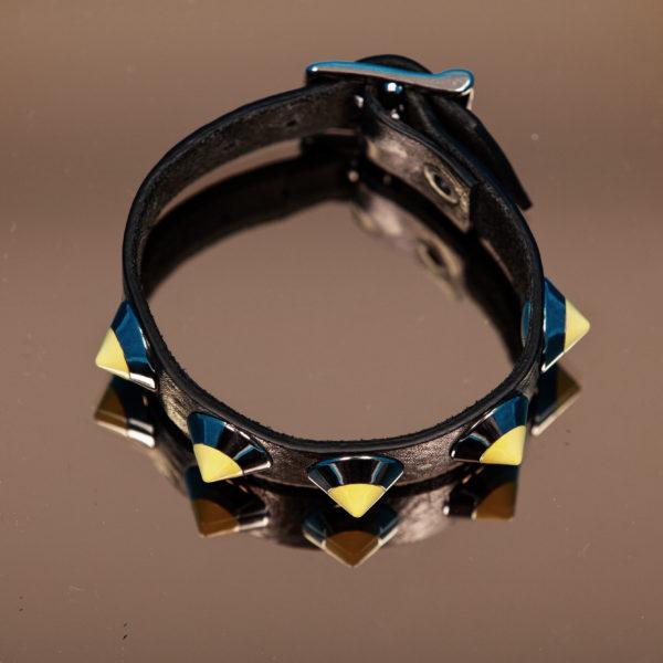 bracciale PARTY/MONSTR in pelle nero con borchie gialle